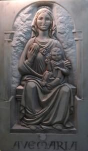 """Mi último trabajo escultórico: esta versión en bajorrelieve de Santa María de Yanguas. Tiene 1 metro de altura y está tallado en el mármol de un viejo mostrador... la principal dificultad era conseguir sensación de profundidad en los sólo tres cms. de espesor de la placa y lograr la mano y las rodillas en escorzo frontal. La foto en detalle es del proceso de labra de la cara en la que ya se adivina la sonrisa gótica de María a la que el ángel le ha dicho """"ALÉGRATE"""""""